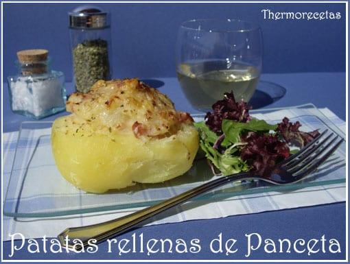 patata rellena de panceta, servida con una ensalada