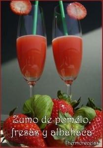 dos copas con zumo de pomelo, fresas y albahaca.
