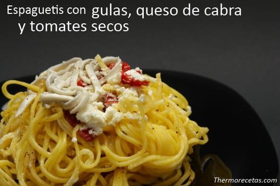 Espaguetis con gulas, queso de cabra y tomates secos