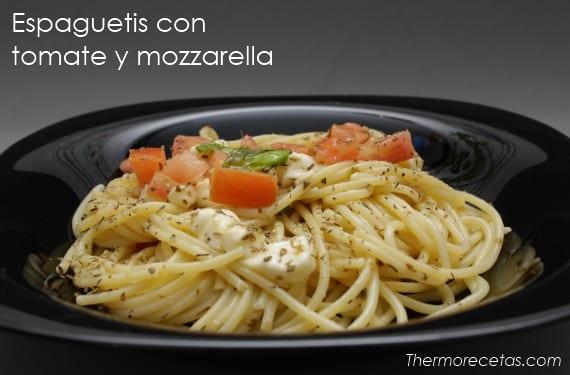 Espaguetis con tomate natural y mozzarella