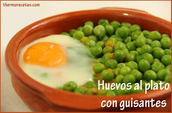 huevos-al-plato-con-guisantes-thermorecetas