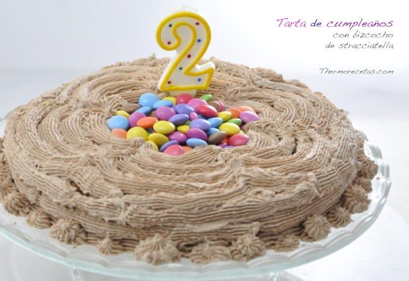 Un bizcocho de stracciatella convertido en tarta de cumpleaños
