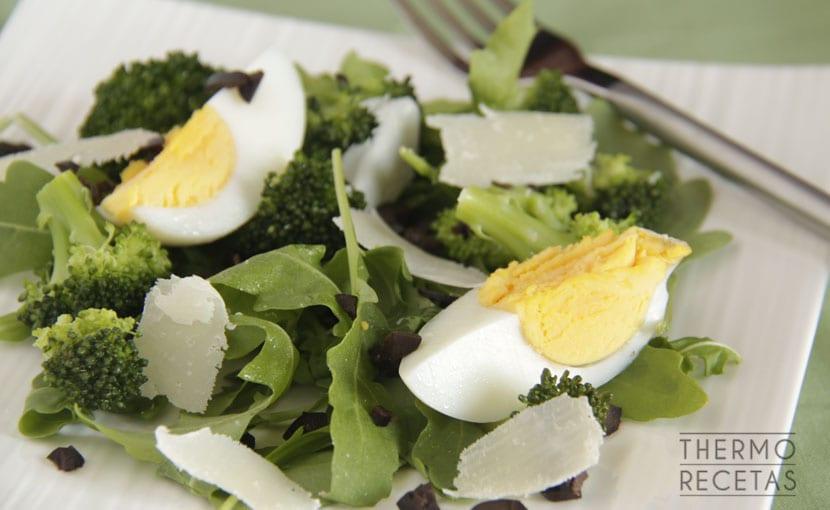 ensalada-de-brócoli-y-aceitunas-negras-thermorecetas