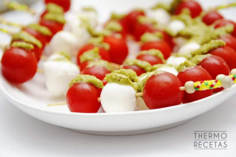 Brochetas de mozzarella cherry y pesto