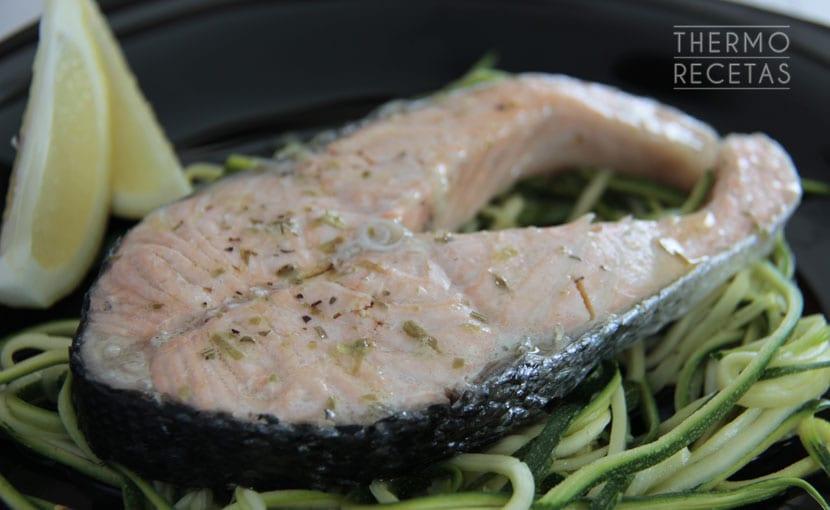 salmon-al-vapor-con-espaguetis-de-calabacin-thermorecetas