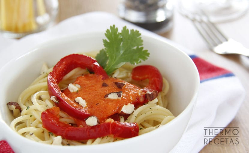 espaguetis-con-avellanas-y-salsa-de-pimientos-thermorecetas