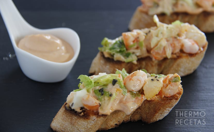 tostas-con-langostinos-thermorecetas