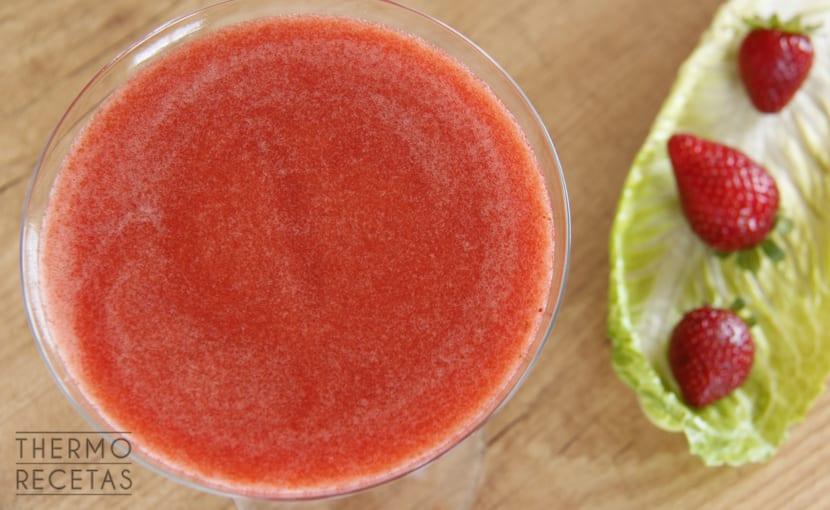 zumo de fresas y lechuga thermomix