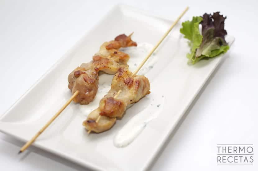 Brochetas de pollo con salsa de yogur y hierbabuena