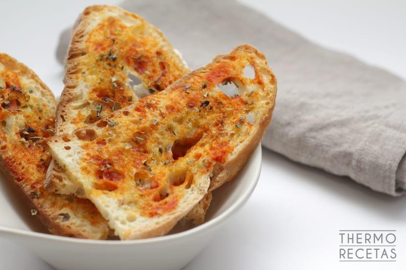 Pan tostado con sabor a tomate