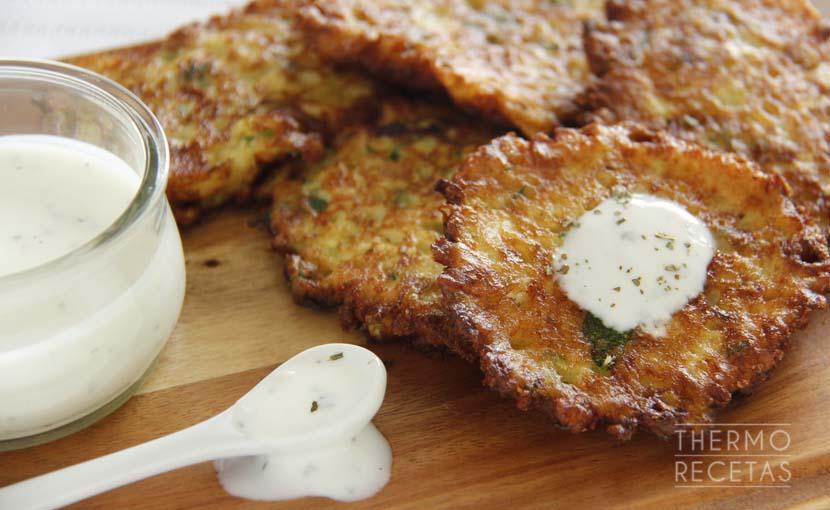 tortitas-de-calabacín-con-salsa-de-yogur-y-menta-thermorecetas