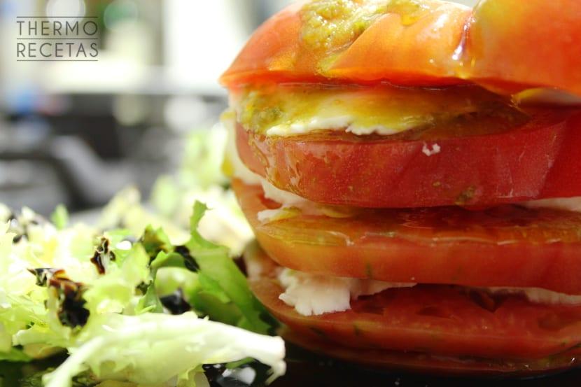 Torre de Pisa de tomate y mozzarella