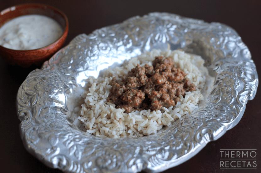 Carne hindú arroz y salsa raita