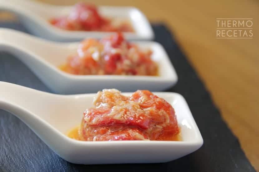 Ensalada de pimientos asados con atún y aliño de cominos