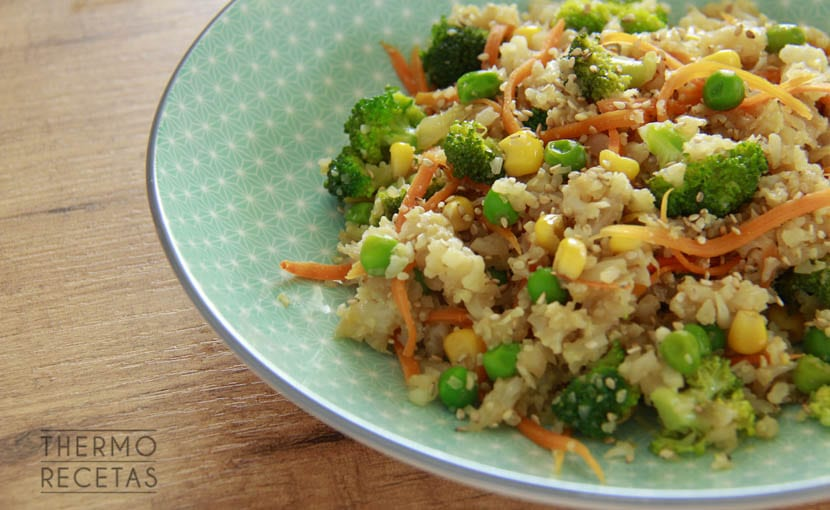 ensalada-asiatica-con-arroz-de-coliflor-Thermorecetas