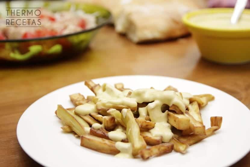Bastones de berenjena frita con lactonesa picante