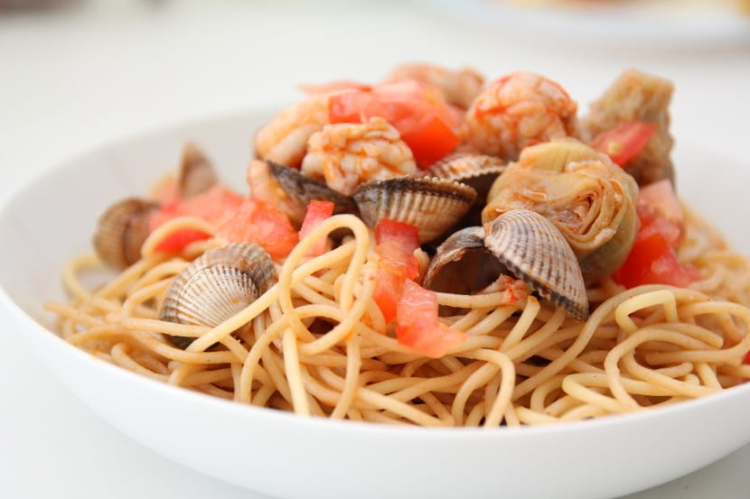 Espaguetis integrales con berberechos y gambones