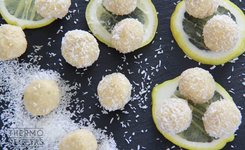 bolitas-veganas-de-coco-y-limón-thermorecetas