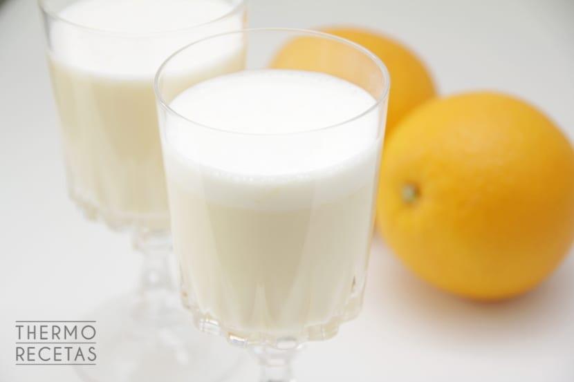 Falso yogur líquido de naranja