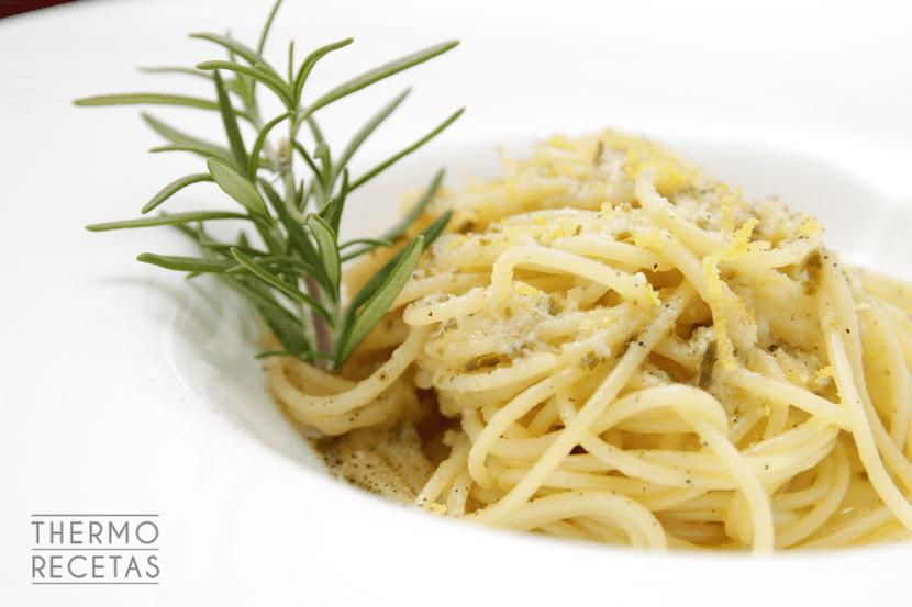 espaguetis-con-ajo-romero-y-limon