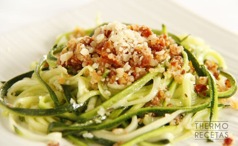 espaguetis-de-calabacin-con-pesto-de-tomates-secos-y-avellanas-thermorecetas