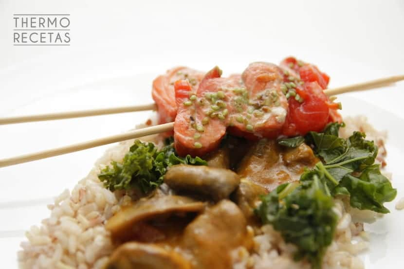 brochetas-de-salmon-con-curry-de-portobello-kale-y-arroz-salvaje