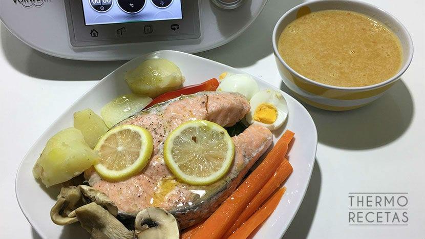 Menú completo: Salmón al vapor y consomé de verduras