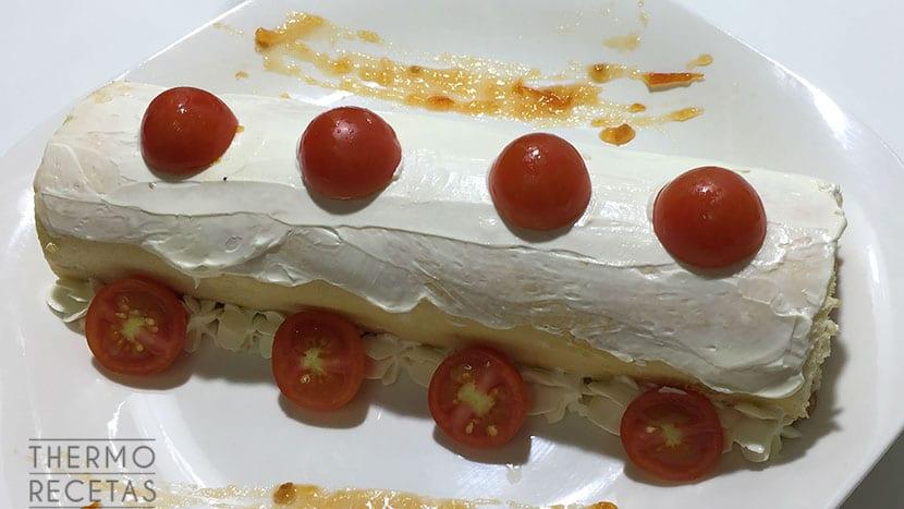 Tronco de queso crema y mermelada de tomate