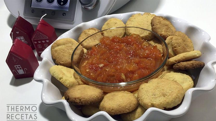 Galletas de queso con chutney de pimientos rojos