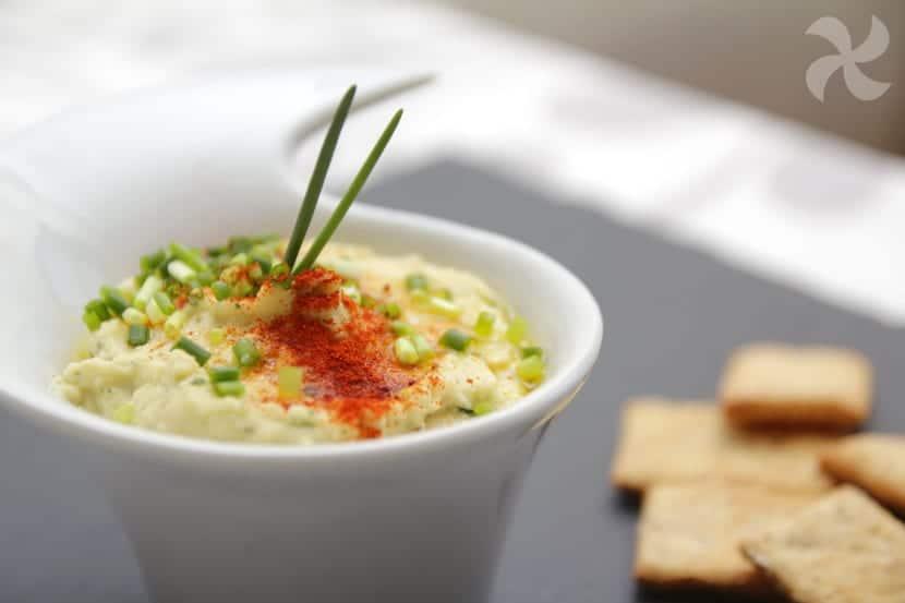 Versión del hummus clásico con yogur y hierbabuena