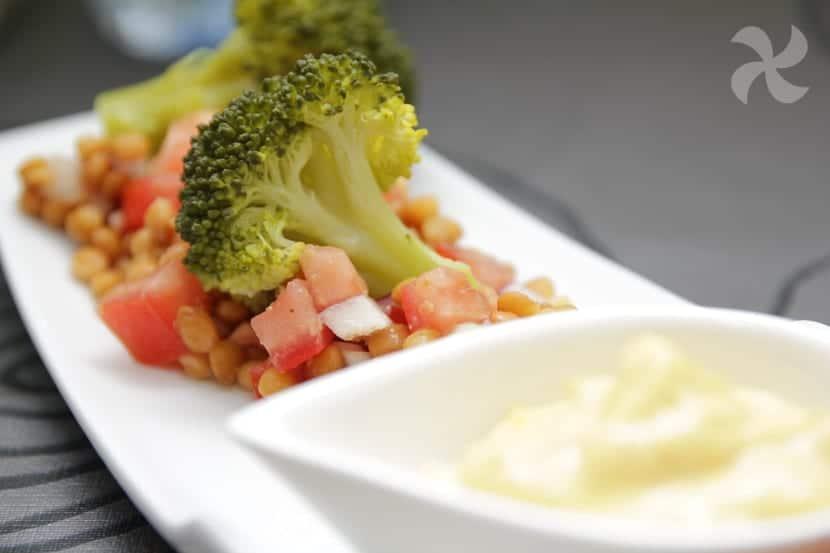 Ensalada de lentejas con brocoli y mayonesa de curcuma