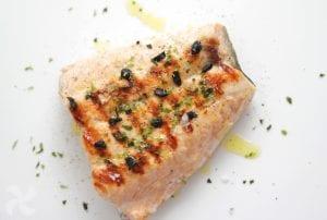 Colita de salmón a la plancha con aceite de ajo negro y virutas de nori1
