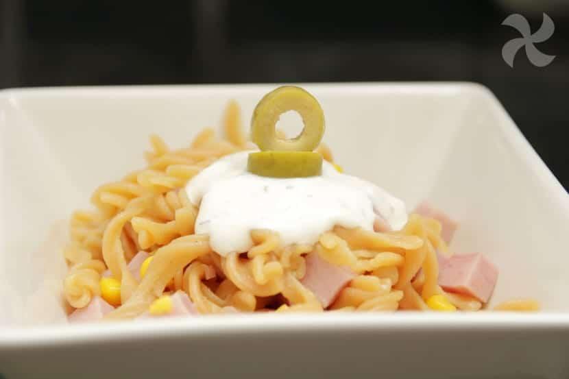 Ensalada de pasta de harina de lentejas con salsa de yogur