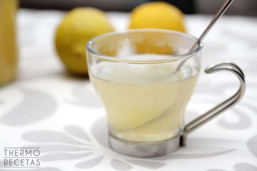 Infusión de jengibre y miel para cuidar la garganta