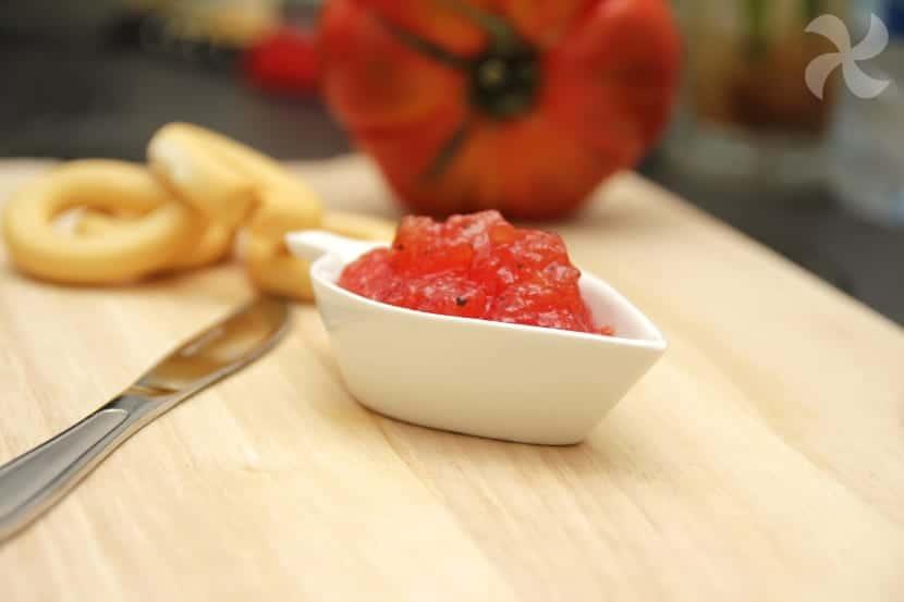 Mermelada agridulce de tomate con albahaca