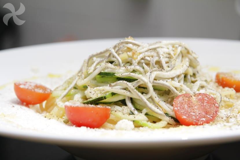 Espaguetis con calabacín y gulas