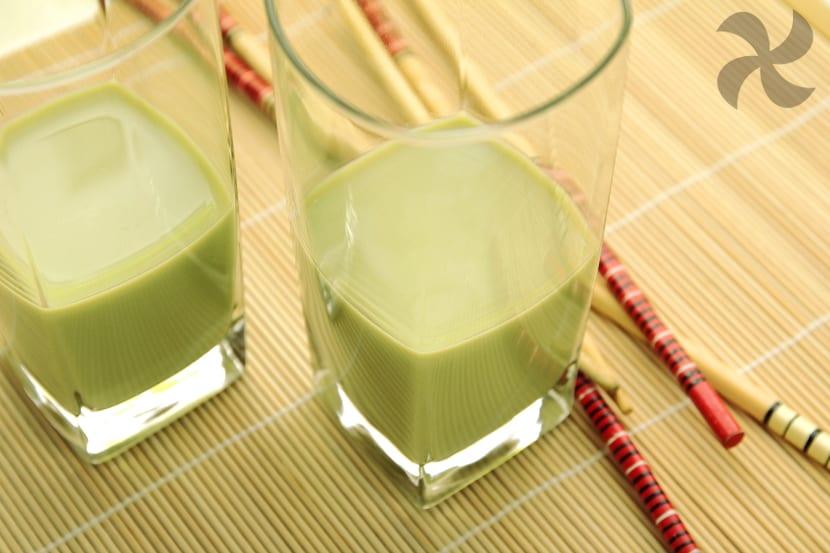 Tomar te verde con leche