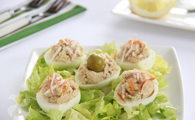Huevos rellenos de surimi, aceitunas y atún