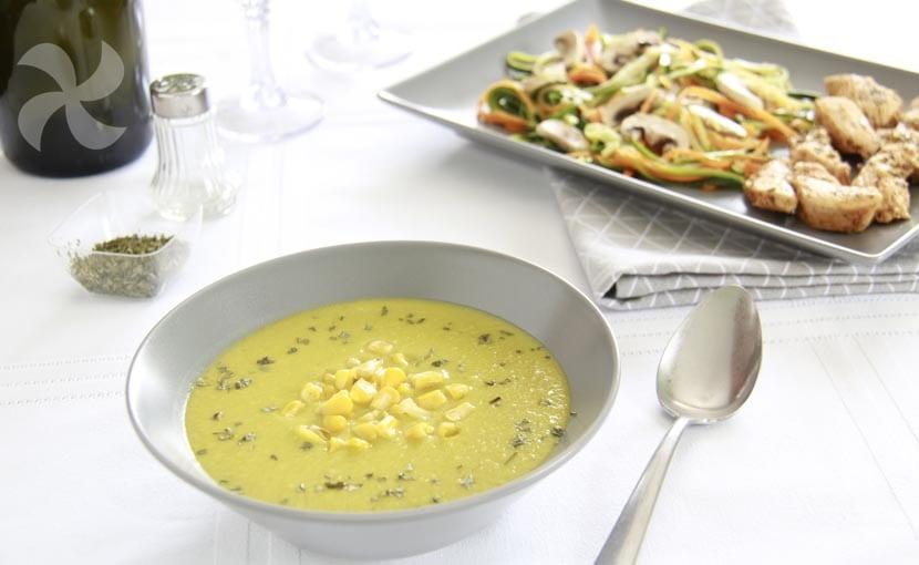 Menú completo de crema de calabacín y maíz, pollo a las hierbas aromáticas y verduras al vapor