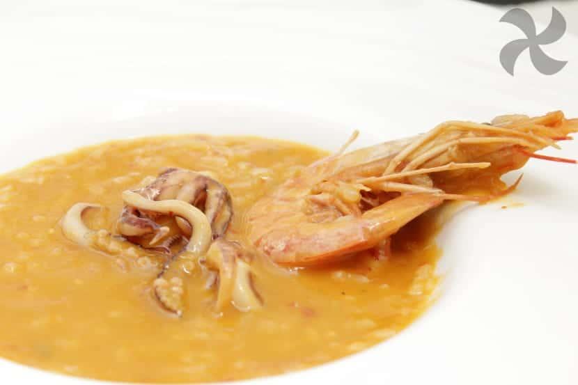 Arroz caldoso con calamares y gambones