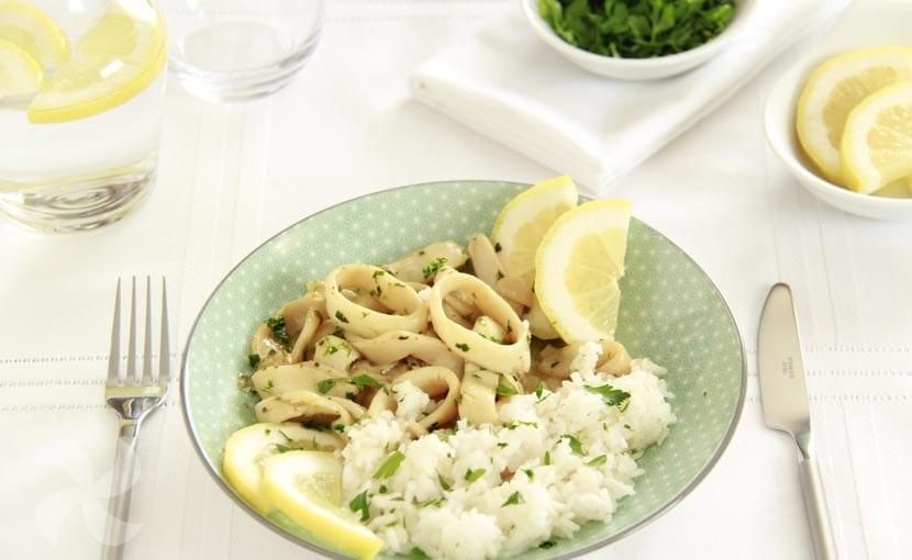 Calamares en salsa de limón con guarnición de arroz