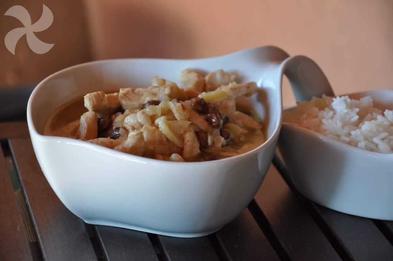 Delicioso pollo hecho con vino de Jerez dulce, pasas y almendras