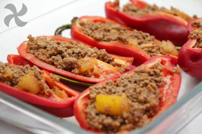 Pimientos rojos rellenos de carne estilo Mexicano