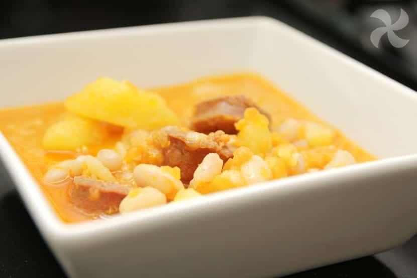 Guiso express de judías blancas estofadas con patatas y chorizo.