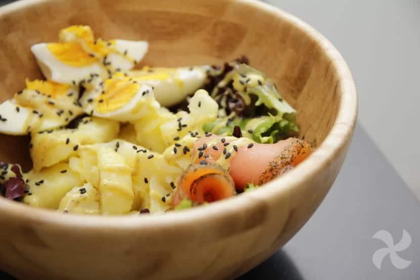 Ensalada de patatas y salmón con salsa nórdica