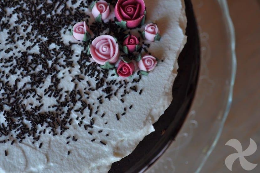 Tarta de cumpleaños de chocolate y nata