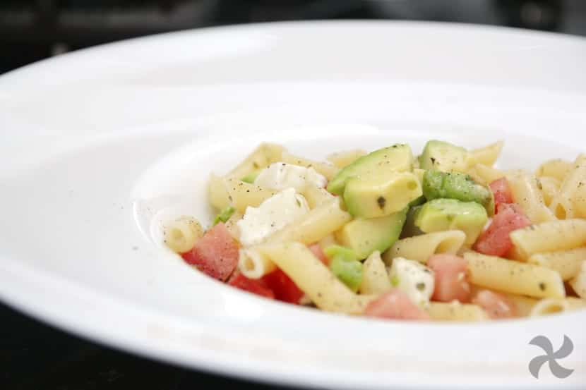 Macarrones Templados Con Mozzarella Tomate Y Aguacate Con Aceite De Orégano