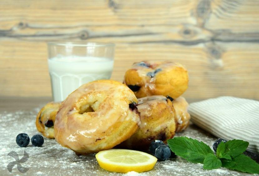Rosquillas de arándanos con glaseado de limón