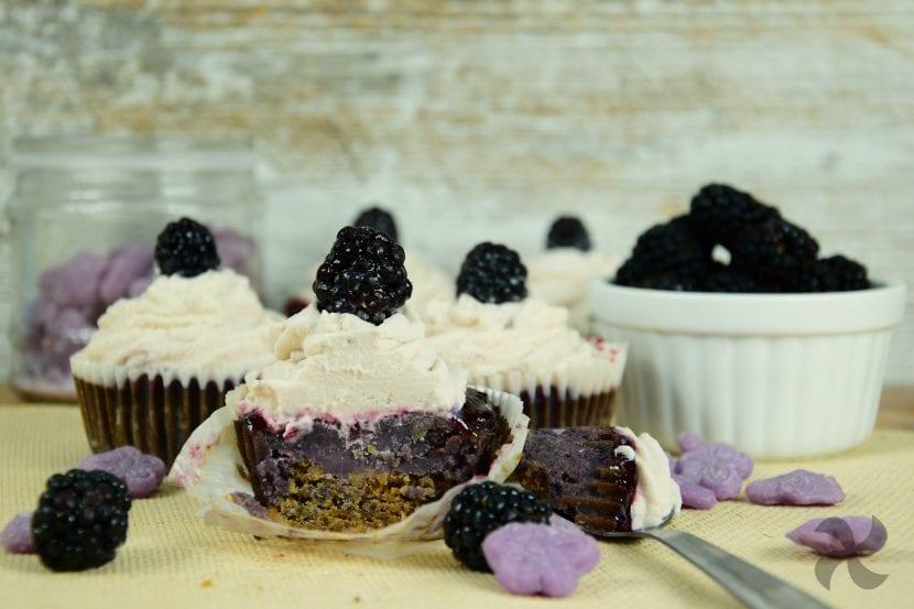 Pastelitos de caramelos violeta con mora