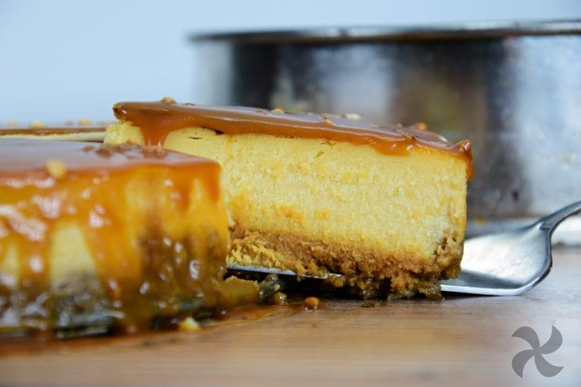 tarta de queso con salsa de caramelo salado